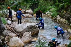 Grupa podczas zajęć na rzece górskiej